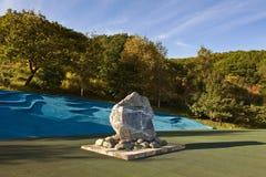 Piedra conmemorativa en un parque en la ciudad de Najodka Imagenes de archivo