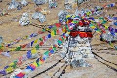 Piedra conmemorativa para los escaladores difuntos en las montañas de Himalaya, Nepal Imagen de archivo