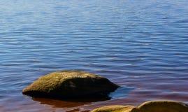 Piedra contra el agua Foto de archivo libre de regalías