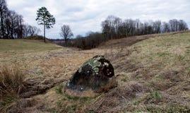 Piedra cubierta de musgo vieja que pone en los campos Fotos de archivo libres de regalías