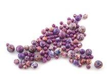 Piedra de gema violeta de Variscite de la roca mineral aislada en el fondo blanco Imagen de archivo libre de regalías