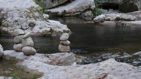 Piedra de la balanza por el río almacen de metraje de vídeo