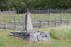 Piedra de la milla en tierra de cultivo Imagenes de archivo