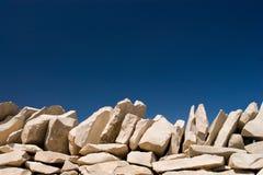 Piedra de la pila en el cielo azul Imagenes de archivo