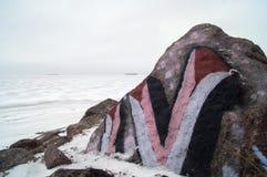 Piedra de la pintada en orilla de mar Imagen de archivo