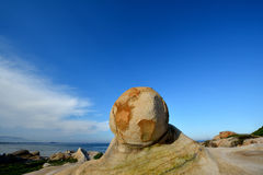 Piedra de la playa en forma ofrecida Imagen de archivo