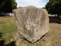 Piedra de la roca en un parque 2 Imagen de archivo libre de regalías