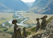 Piedra de la seta y corriente de la montaña en valle Foto de archivo libre de regalías