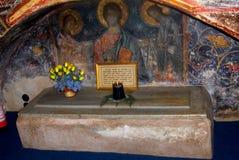 Piedra de la tumba en el monasterio del humor, Moldavia, Rumania Imágenes de archivo libres de regalías