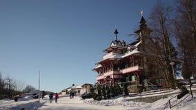 Piedra de las montañas de Beskydy y hotel históricos Mamenka de madera construido en 1898, hito histórico nacional, gente turísti metrajes