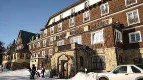 Piedra de las montañas de Beskydy y hotel históricos Tanecnica de madera construido en 1926, invierno turístico del centro turíst almacen de video