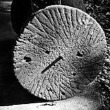Piedra de molino en la misión Santa Cruz Imagenes de archivo