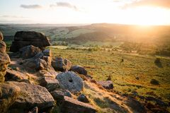 Piedra de molino en la puesta del sol, borde de Baslow imagen de archivo libre de regalías