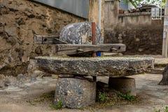 Piedra de molino grande en campo Imagenes de archivo