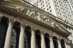 Piedra de New York Stock Exchange NYSE que construye la muestra de Manhattan fotos de archivo libres de regalías