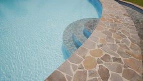 Piedra decorativa en el pie de una piscina exótica filipinas metrajes