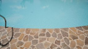 Piedra decorativa en el pie de una piscina exótica filipinas Tiroteo en el movimiento almacen de video