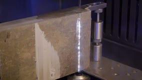 Piedra del corte con la cortadora del chorro de agua metrajes