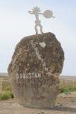 Piedra del indicador al parque nacional de Gobustan del museo Fotos de archivo