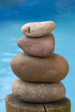 Piedra del zen del balance con el fondo del agua Fotos de archivo