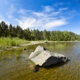 Piedra en agua baja Foto de archivo