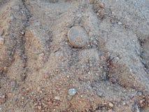 Piedra en arena imagen de archivo