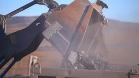 Piedra en el cargamento del camión metrajes