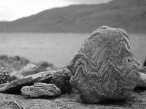Piedra en el lago Ard Foto de archivo libre de regalías