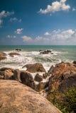 Piedra en el mar con la onda Imagenes de archivo