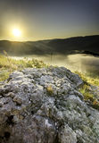 Piedra en el medio de la vegetación en el top del moun imágenes de archivo libres de regalías