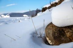 Piedra en el sol en la orilla del lago Baikal imagenes de archivo