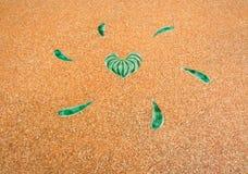 Piedra en forma de corazón del camino imagenes de archivo