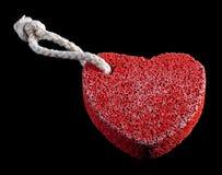 Piedra en forma de corazón roja con la cuerda Fotografía de archivo libre de regalías