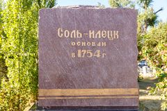 Piedra en honor de la fundación de la ciudad del solenoide-Iletsk Foto de archivo libre de regalías