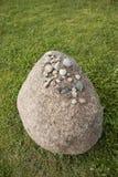 Piedra en la hierba Imágenes de archivo libres de regalías