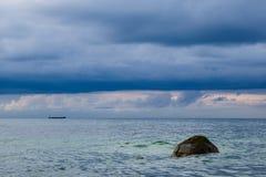 Piedra en la orilla del mar Báltico Foto de archivo libre de regalías