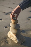 Piedra en piedra, una tapa junto de la arena a Imagen de archivo