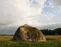 Piedra enorme en un campo. Imagen de archivo