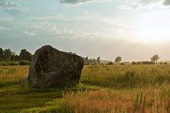 Piedra enorme en un campo. Fotos de archivo libres de regalías