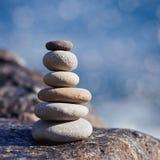 Piedra equilibrada en una playa del vender puerta a puerta durante puesta del sol foto de archivo libre de regalías