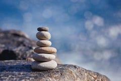 Piedra equilibrada en una playa del vender puerta a puerta durante puesta del sol fotografía de archivo libre de regalías