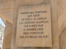 Piedra grabada con las palabras pasadas de Allende Detalle del monumento al estadista chileno y a la figura pol?tica Salvador All imagen de archivo