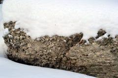 Piedra grande debajo de la nieve de las nieves acumulada por la ventisca Imagenes de archivo