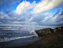 Piedra grande golpeada onda del mar en la costa El mar Báltico fotografía de archivo