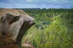 Piedra interesante al borde del acantilado Imagen de archivo