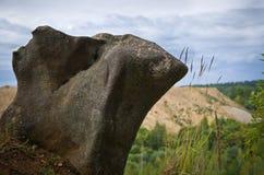 Piedra interesante al borde del acantilado Fotos de archivo