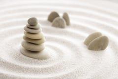 Piedra japonesa de la meditación del jardín del zen para la arena de la concentración y de la relajación y roca para la armonía y Fotografía de archivo libre de regalías