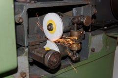 Piedra mecánica para afilar los cuchillos imagen de archivo