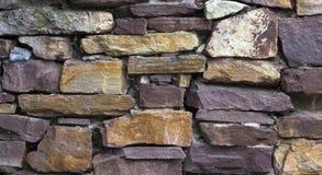 Piedra moderna del multicolor, pared de la piedra arenisca del travertino de la pizarra usada para el fondo Fotografía de archivo libre de regalías
