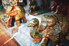 Piedra multicolora grande del recuerdo del elefante con un tronco, en el mercado indio ilustración del vector